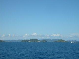 On approche de la chaîne des îles Kerama