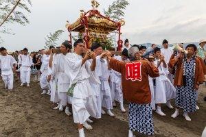 Le groupe en tenue traditionnelle