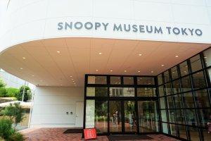博物館的入口處,紅色的小看板也標示了當日票的售票狀況。
