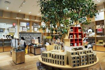 史努比商店裡,許多人在挑選商品。