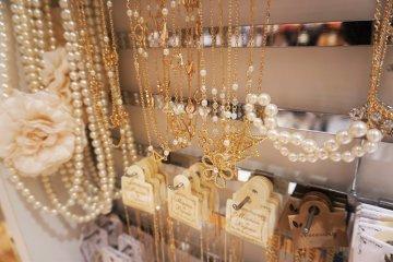 美麗的飾品,耳環、手鍊、項鍊都有。