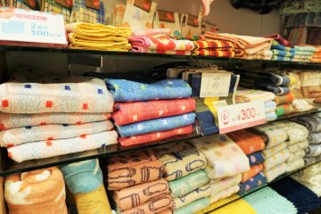不同大小款式的毛巾。