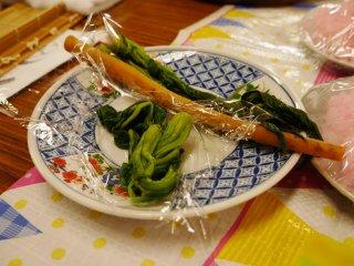 Ngưu bàng và rau chân vịt là nguyên liệu rau của món sushi cuộn này