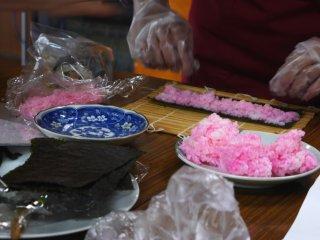 핑크색 쌀이 꽃잎을 상징한다