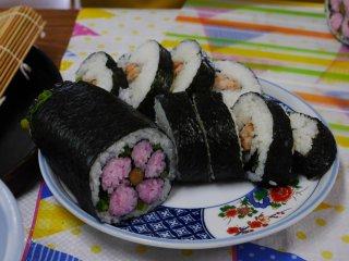 Cảm giác mãn nguyện khi hoàn thành hai loại sushi cuộn