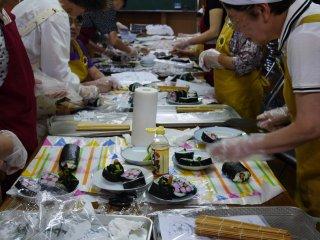 Chú ý làm theo hướng dẫn để cuộn sushi