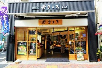 這是一間炸甜不辣的店,有很多種類可以選擇,炸蔬菜甜不辣很好吃。