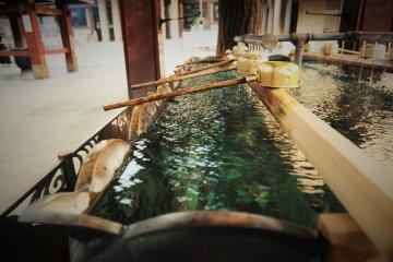 進入寺院前要先洗手和漱口
