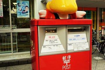 商店街裡有一間郵局,郵筒還特別做了小鴨。