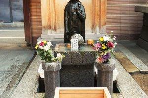 高岩寺裡的水洗觀音,水洗觀音幫你去除病痛。
