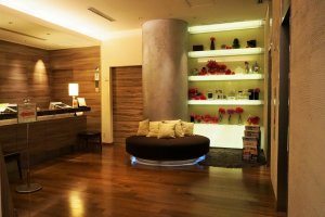 溫馨小巧的大廳,備有小沙發和椅子。