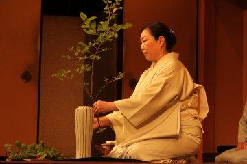 Presentación del Kado, el arreglo de flores tradicional.