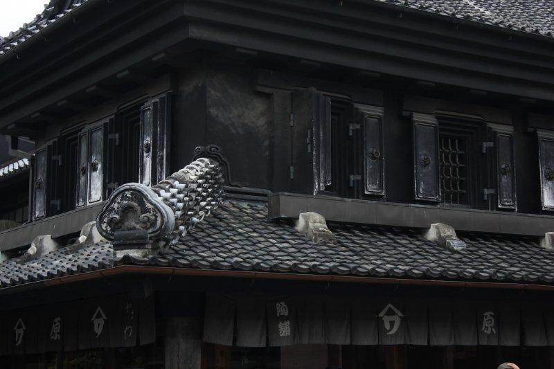 Restos del incendio en la calle Kurazukuri