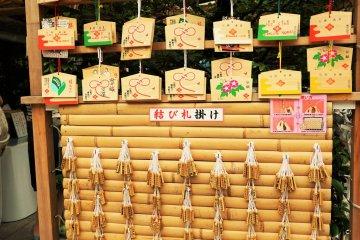 參拜的人在繪馬上寫下願望後,掛在神社裡。