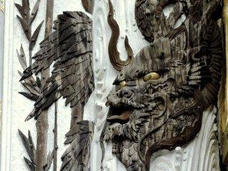 Trạm khắc rồng trên cột, vết nứt trên gỗ thể hiện niên đại