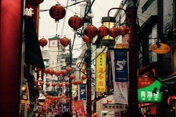 Linternas chinas cuelgan sobre las calles.