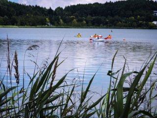 Những nhóm ca nô trên hồ
