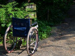 小道に置かれたネーム入り車椅子