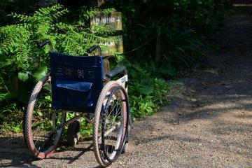 좁은 길에 놓인 이름 있는 휠체어