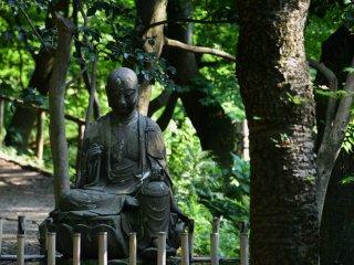小道沿いの仏像