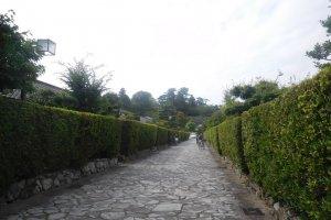 Allée bordée de maisons traditionnelles de samouraï
