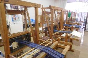 Métier à tisser traditionnel pour fabriquer le coton couleur indigo de la région