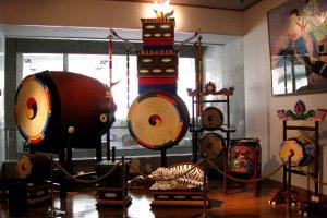 Инструменты Кореи и картины, изображающие музыкантов