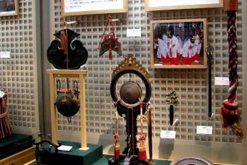 A display of instruments comes with information and headphones to listen the sounds of instruments