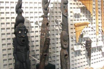 Африканские музыкальные инструменты выглядят как идолы