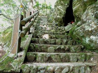 Degraus de pedra que levam ao santuário