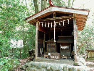 Um pequeno santuário mesmo antes do trilho que leva à catarata