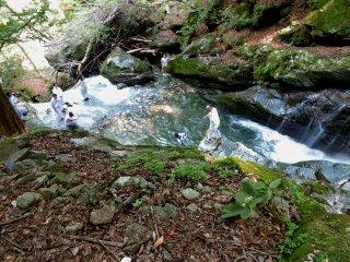 Amarrado com uma corda de segurança, um discípulo fez o seu caminho até ao principal fluxo de água