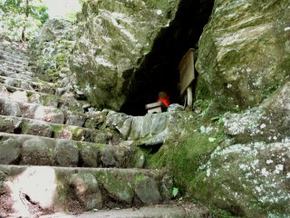Ojizo numa mini gruta junto aos degraus