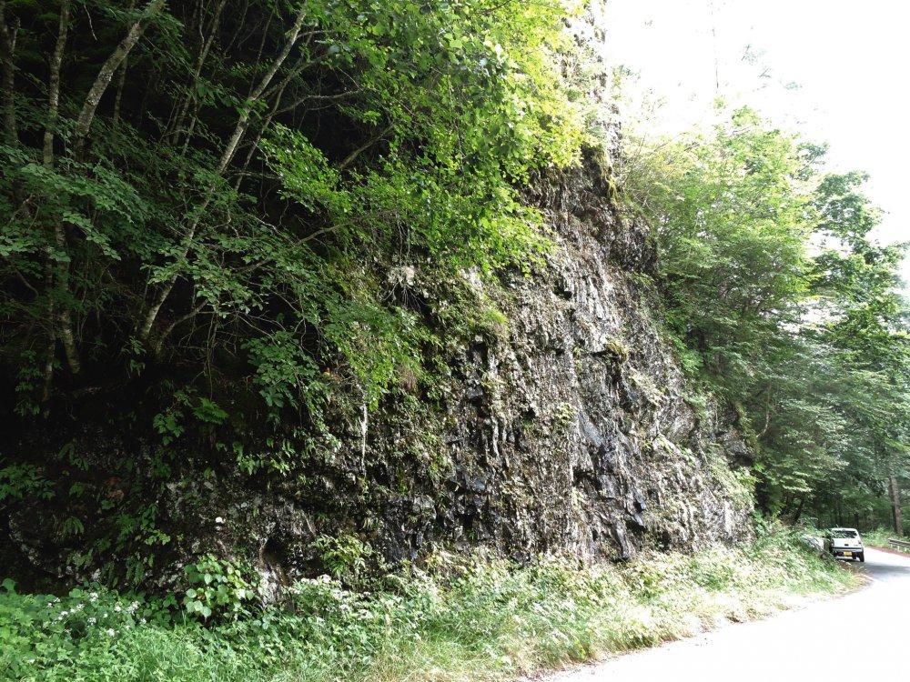 Chiếc xe trong bức ảnh có thể cho bạn nhận thấy tảng đá to lớn như thế nào