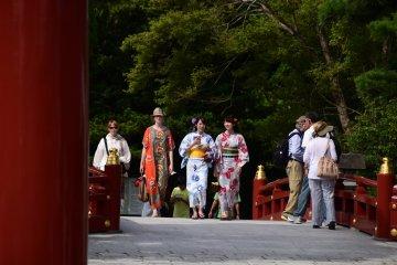 타이코다리 옆으로 주홍색 다리를 건너는 외국인 관광객과 유카타 차림의 일본인