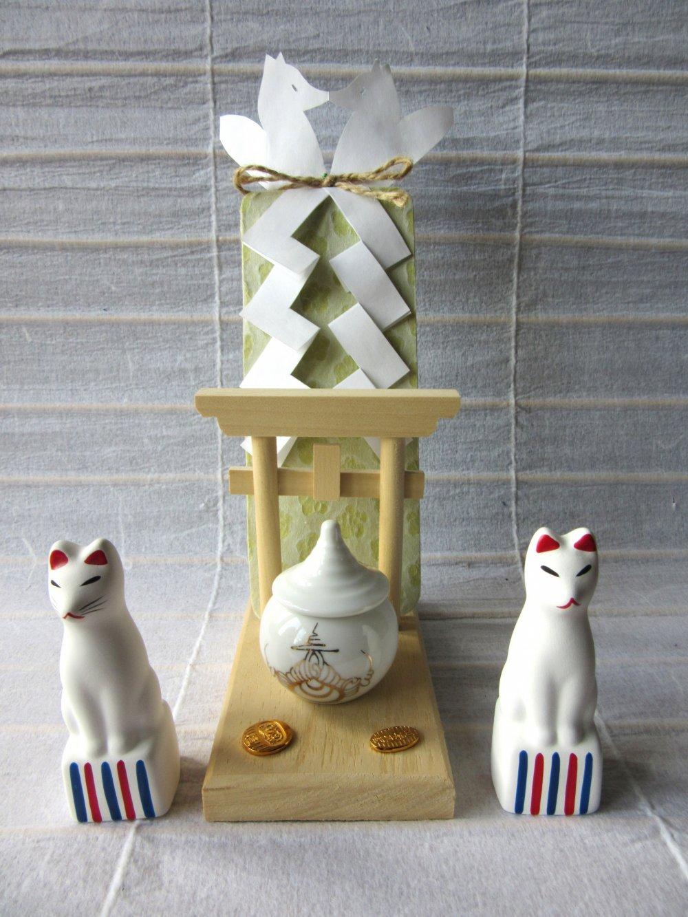"""Shinto giáo là tôn giáo chính ở Nhật, vì thế đồ lưu niệm từ Jinja thì đặc biệt ở Nhật. Chúng được dùng để thờ cúng tên là """"Kamidana"""". Chiếc này từ Fushimi Inari Jinja"""