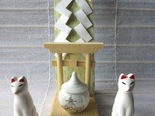 """Shinto adalah kepercayaan agama dari Jepang, sehingga cinderamata dari kuil sangat istimewa di jepang. Mereka digunakan sebagai altar rumah yang disebut dengan """"Kamidana"""". Cinderamata yang satu ini berasal dari Kuil Fushimi Inari"""