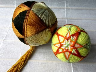 Temari - balls decorated with thread embroidery - is a very popular craft in Matsumoto, so I couldn't miss it and found few old ones