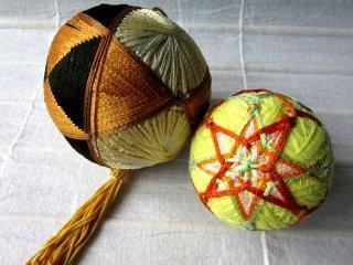 Temari - quả cầu trang trí bằng len dệt - đồ thủ công phổ biến ở Matsumoto, vì thế tôi không thể bỏ lỡ và tìm vài cái cũ.