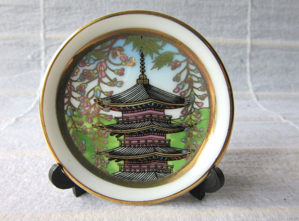 Vật nhỏ nhắn rất phổ biến ở Nhật. Chiếc đĩa gốm sứ nhỏ này từ Nara chỉ có đường kính 5cm.