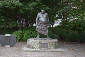 Sumo Tanikaze, satu dari sekian banyak patung yang bisa ditemui di Sendai