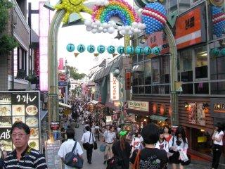 Takeshita berada tepat di depan pintu keluar stasiun JR Harajuku