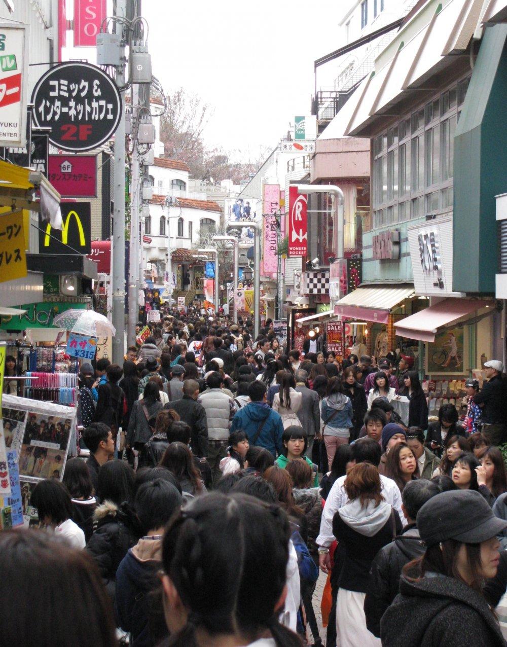 Jalanan sibuk ini selalu dipenuhi orang kapan saja!