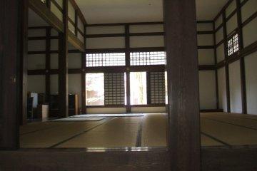 <p>A room set into the corridor</p>