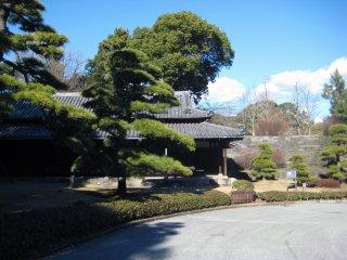 Древние постройки на территории сада