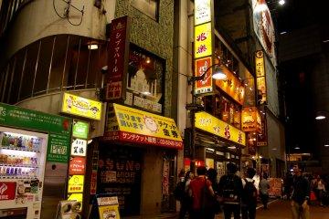 Hay muchas tiendas y puestos, aquella máquina de bebidas es muy común en Japón, las encuentras en avenidas y hasta en calles residenciales.
