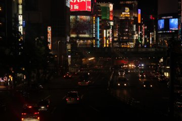Una de las avenidas más concurridas en Shinjuku.