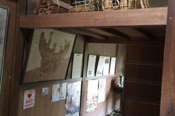 將木柴放在屋頂上儲存以避開地上的溼氣