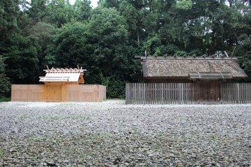 神服織機殿神社的兩個建築物