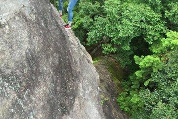 攀爬50~60度傾斜的岩壁